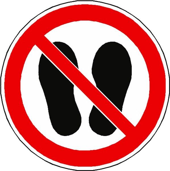panneau interdiction de marcher ou stationner cet endroit iso 7010 p024 direct signal tique. Black Bedroom Furniture Sets. Home Design Ideas