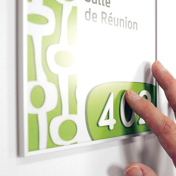 chiffre en relief blanc coller sur une plaque de porte direct signal tique. Black Bedroom Furniture Sets. Home Design Ideas