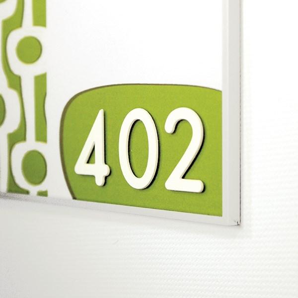 chiffre en relief blanc coller sur une plaque de porte. Black Bedroom Furniture Sets. Home Design Ideas
