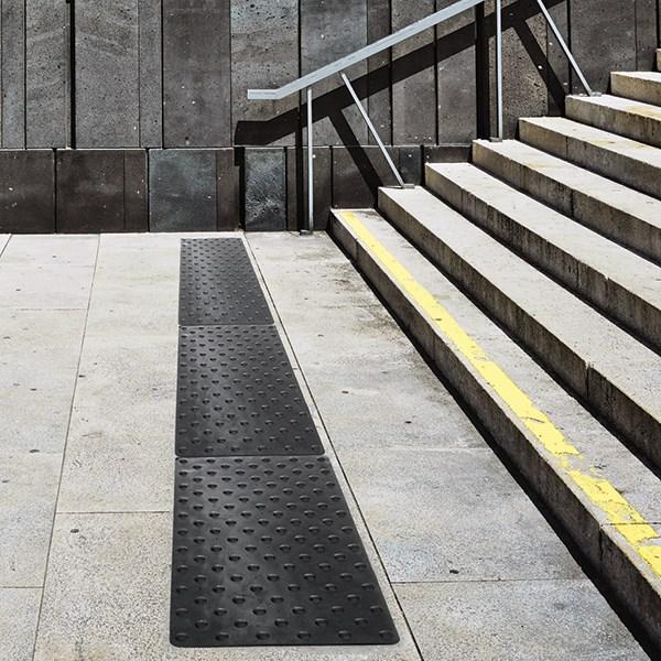 Bande podotactile escalier extérieur