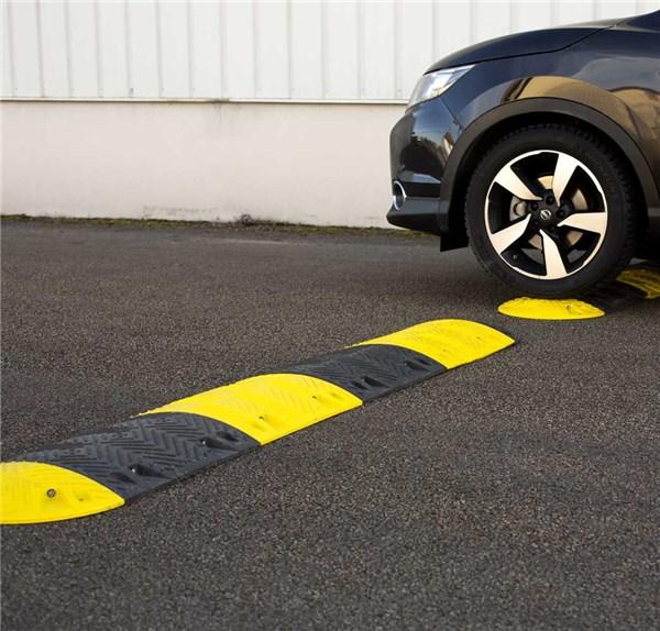 ralentisseur de parkings jaune et noir ht 50 mm direct signal tique. Black Bedroom Furniture Sets. Home Design Ideas