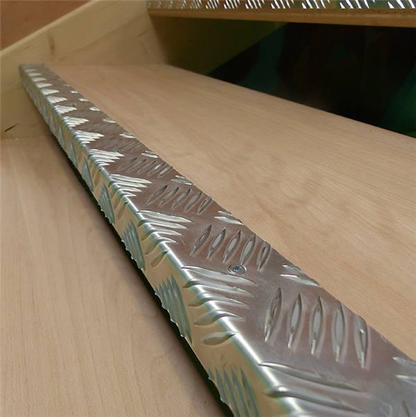 Nez de marche aluminium larmé, larg 70 ou 50 mm - Direct Signalétique