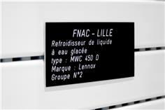 Plaques gravées personnalisées pour usage industriel - fixation adhésive