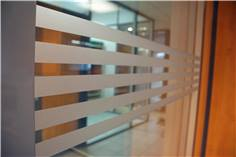 Bande adhésive pour vitres - Motif 5 lignes parallèles - Ht totale 25 cm x  1,1 mètre
