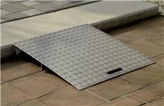 Rampe de franchissement en aluminium sur mesure pour trottoir allant de 10 à 70 mm