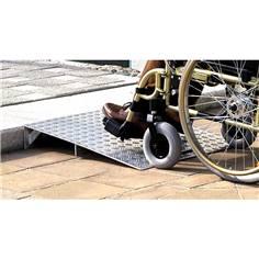 Rampe de franchissement en aluminium sur mesure pour trottoir allant de 70 à 120 mm